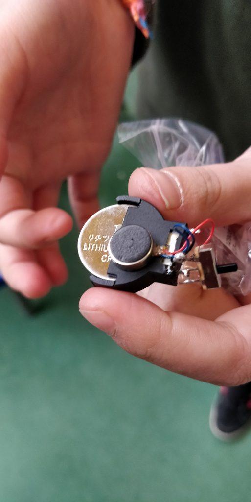 Een trotse maker toont het resultaat van haar trilrobot soldeeroefening