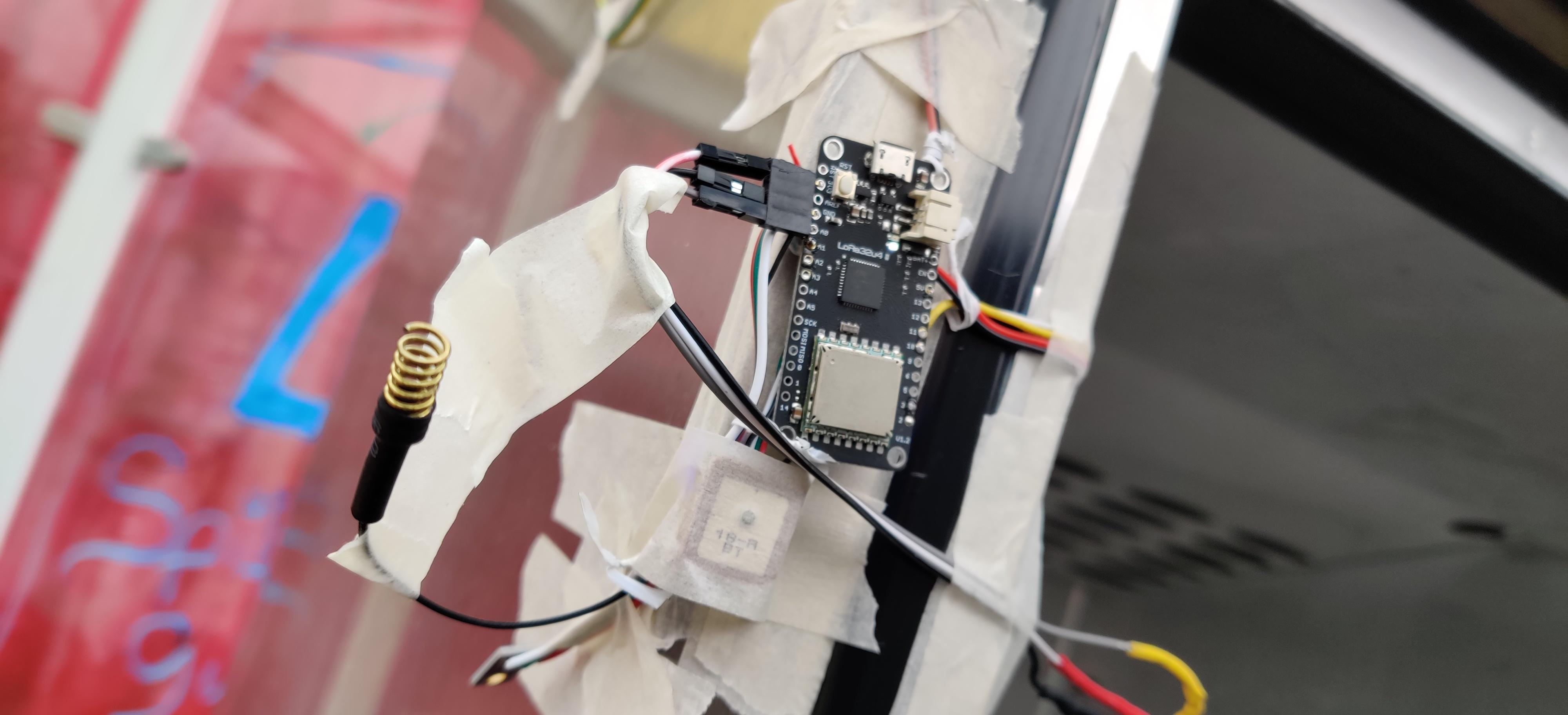 Junior IOT grafieken helpen bij de reparatie van een oude vrieskast