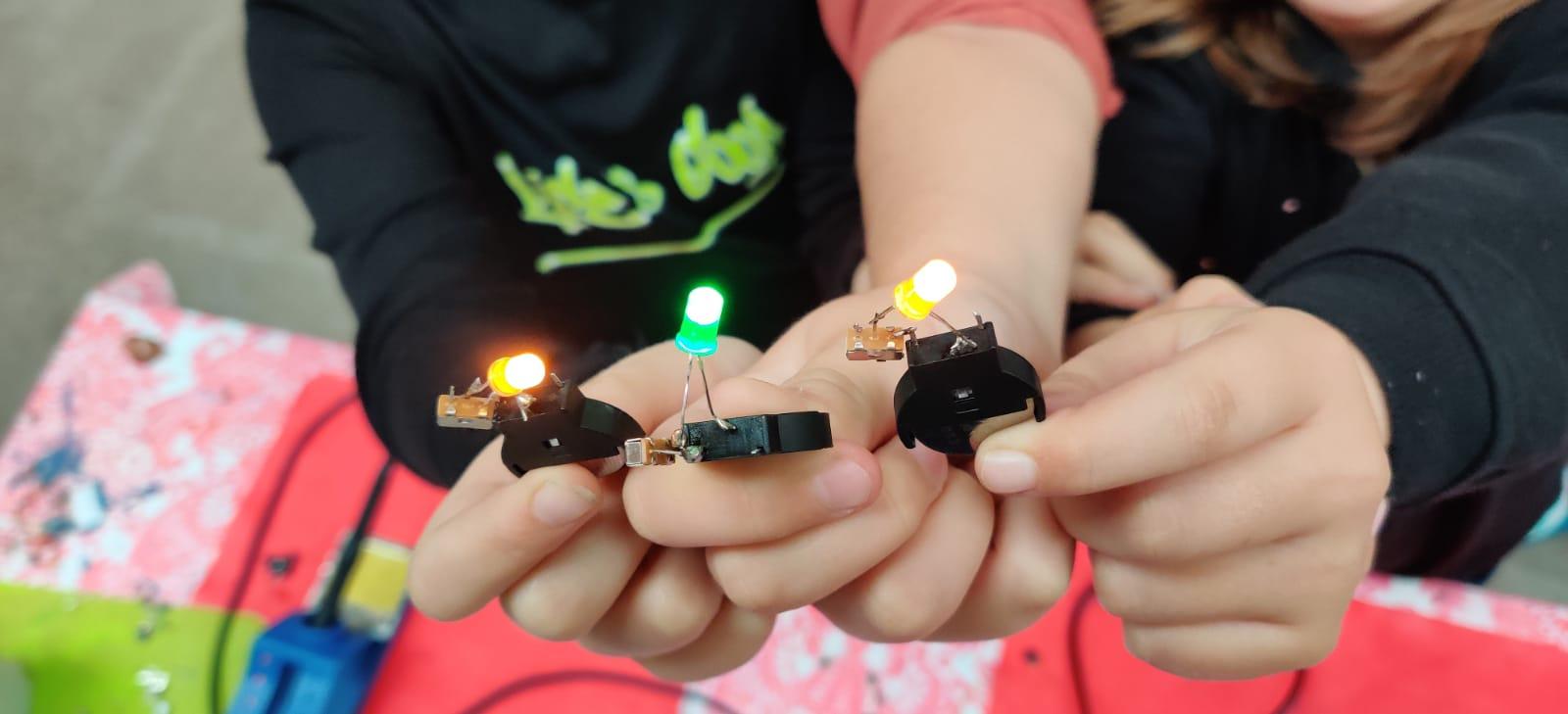 Lab – Soldeeroefeningen LED lampje en onze Trilrobot – Solderen voor thuis en op school