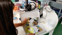 Rodi – Leerlingen Atalanta maken spatmaskers voor mensen in cruciale beroepen